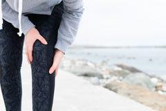 关节炎运动员 伤害-体育连续膝盖受伤妇女 图库摄影