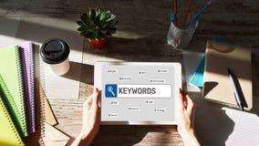 关键字 SEO、搜索引擎优化和互联网营销概念在屏幕上 免版税库存图片