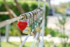 关键红色爱的心脏、概念和华伦泰 库存照片