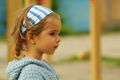 关闭一个严肃的小孩女孩的外形画象蓝色的 免版税图库摄影