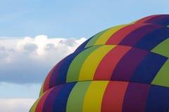 关闭一个五颜六色的热空气气球的看法反对一多云蓝色 图库摄影