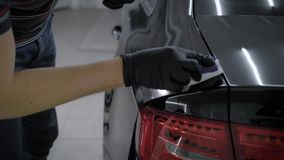 关闭一个人的射击手套陶瓷涂层干净的黑汽车的 影视素材