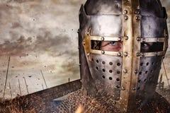 关闭一个人的画象骑士盔甲的 库存图片