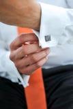关闭一个人的(新郎的)手紧固袖口 免版税库存图片