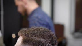 关闭一个人的头的射击走向理发店,美发师在温暖帮助下烘干客户` s头 股票录像