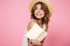 关闭一个可爱的俏丽的女孩的画象夏天帽子的 库存照片