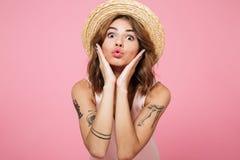 关闭一个可爱的女孩的画象夏天帽子的 库存图片