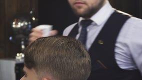 关闭一个客户的一根专业理发师喷洒的头发用水 影视素材
