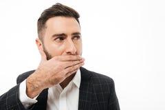 关闭一个害怕的年轻有胡子的人的画象 库存照片