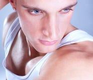 关闭一个强壮男子的人的射击有蓝眼睛的 免版税图库摄影