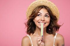 关闭一个微笑的可爱的女孩的画象夏天帽子的 免版税库存照片
