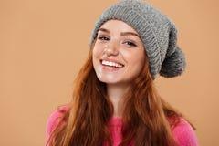 关闭一个快乐的俏丽的红头发人女孩的画象 免版税库存照片