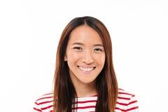 关闭一个快乐的年轻亚裔女孩的画象 免版税库存照片