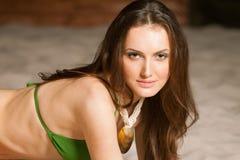 关闭一个性感的女孩的纵向绿色比基尼泳装的 免版税图库摄影