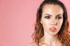关闭一个惊人的少妇的时尚画象 免版税库存照片