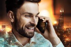 关闭一个愉快的人谈话在电话 免版税图库摄影