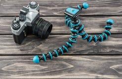 关闭一个灵活的类型三脚架和葡萄酒照相机的看法 图库摄影