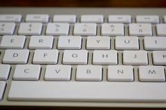 关闭一个现代膝上型计算机键盘的射击 库存照片
