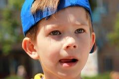 关闭一个男孩的画象有严肃的面孔表示的 库存照片