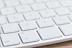关闭一个白色膝上型计算机键盘的背景 免版税库存照片
