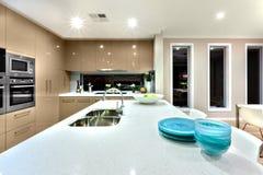 关闭一个白色陶瓷工作台面在相互一个现代的厨房里 库存照片