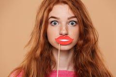 关闭一个相当年轻红头发人女孩的画象 库存图片