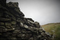 关闭一个老失败的石墙 免版税库存图片