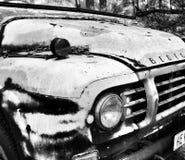 关闭一个老贝得福得卡车格栅和车灯 免版税库存照片