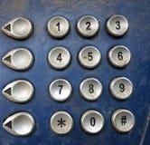 关闭一个肮脏和多灰尘的投币式公用电话键盘 免版税库存图片