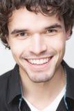 关闭一个英俊的人的纵向有暴牙的微笑的 库存照片