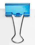 关闭一个蓝色黏合剂夹子 免版税库存照片