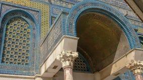 关闭一个被成拱形的入口覆以圆顶岩石清真寺在耶路撒冷 免版税库存图片