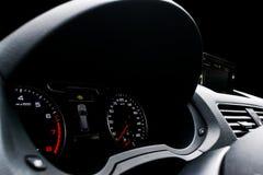 关闭一个车速表的射击在汽车的 汽车控制台控制板电子仪器航海 与征兆灯的仪表板细节 汽车有启发性仪器晚上面板 仪表板wi 图库摄影