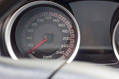 关闭一个车速表的射击在汽车的 免版税库存图片