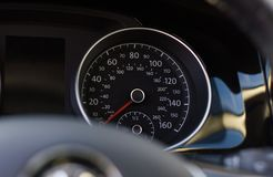 关闭一个车速表的射击在汽车的 图库摄影