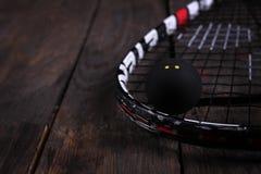 关闭一个软式墙网球和球在木背景 免版税库存图片