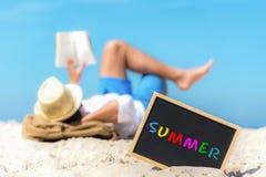 关闭一个黑板与在它写的文本夏天在海滩的沙子, 库存图片