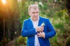 关闭一个年轻商人和在背景的白色衬衣的画象蓝色衣服的 图库摄影