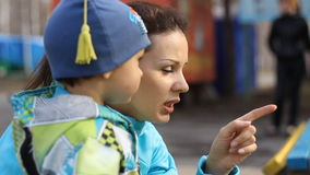 关闭一个年轻母亲和孩子 影视素材