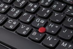 关闭一个黑键盘英国和泰国字母表 库存图片
