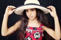 关闭一个年轻非裔美国人的女孩的画象有太阳帽子的 免版税库存图片