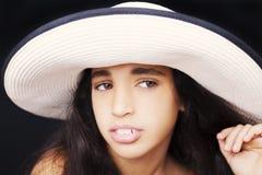 关闭一个年轻非裔美国人的女孩的画象有太阳帽子的 免版税库存照片