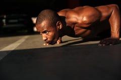 关闭一位半赤裸美国黑人的运动员的画象 免版税图库摄影
