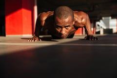 关闭一位被集中的半赤裸非洲运动员的画象 免版税图库摄影