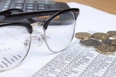 关闭一副眼镜在帐户的书桌上的 库存照片