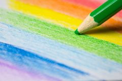 关闭一副色的铅笔图一条五颜六色的彩虹 库存照片