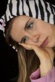关闭一只哀伤的妇女佩带的猫睡衣的画象 库存图片