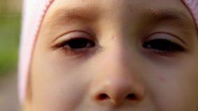 关闭一只小女孩的眼睛的美丽的女孩的画象开放 影视素材
