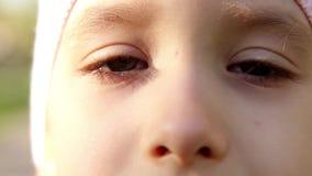 关闭一只小女孩的眼睛的美丽的女孩的画象开放 股票录像