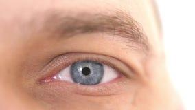 关闭一只男性眼睛 一个人的一双蓝眼睛的细节看照相机的 3840x2160 影视素材